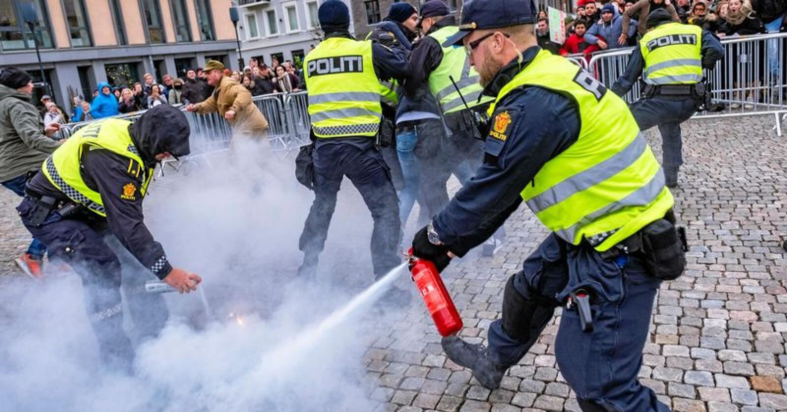 Demonstrasjon: Politiet griper inn mot brenning av en koran under en Sian-demonstrasjon i Kristiansand. Foto: Tor Erik Schrøder / NTB scanpix