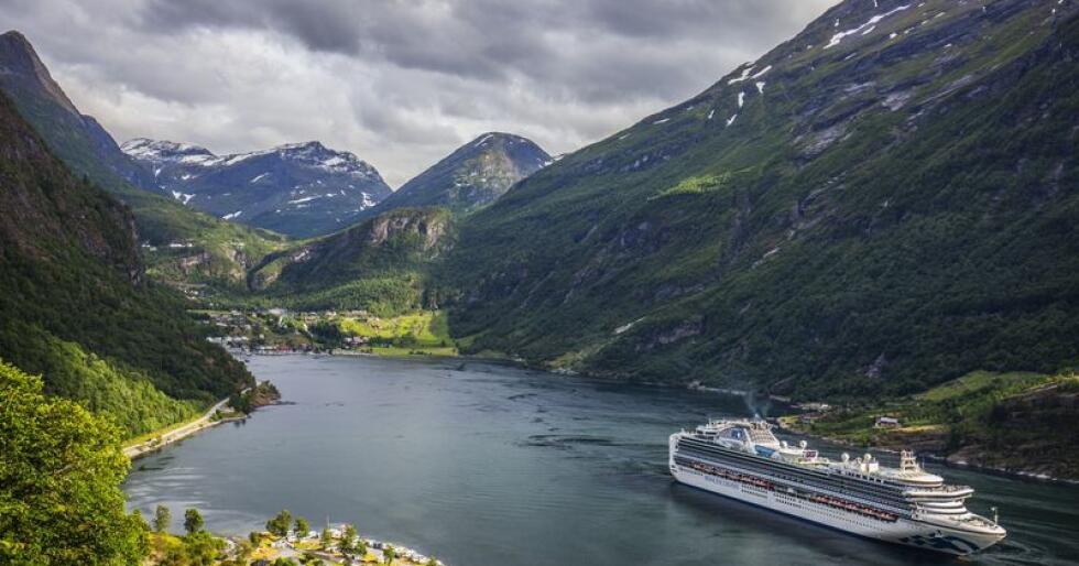 Statssekretær Atle Hamar meiner Noreg har eit særleg ansvar for å ta vare på dei norske fjordane som står på verdsarvlista til Unesco og at reiselivet her må ha eit mindre klimaavtrykk og sterkare berekraft. Her er eit cruise i Geiranger. Arkivfoto: Halvard Alvik/ NTB scanpix / NPK