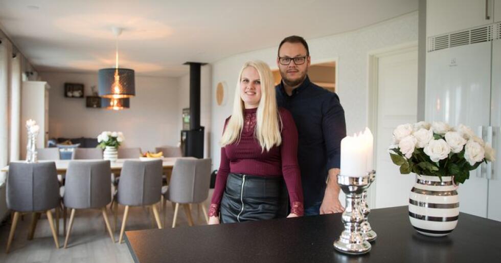 Mette Bråten og Jonas Alvenes i sitt nye Älvsbyhus. Foto: Torger Ramfjord