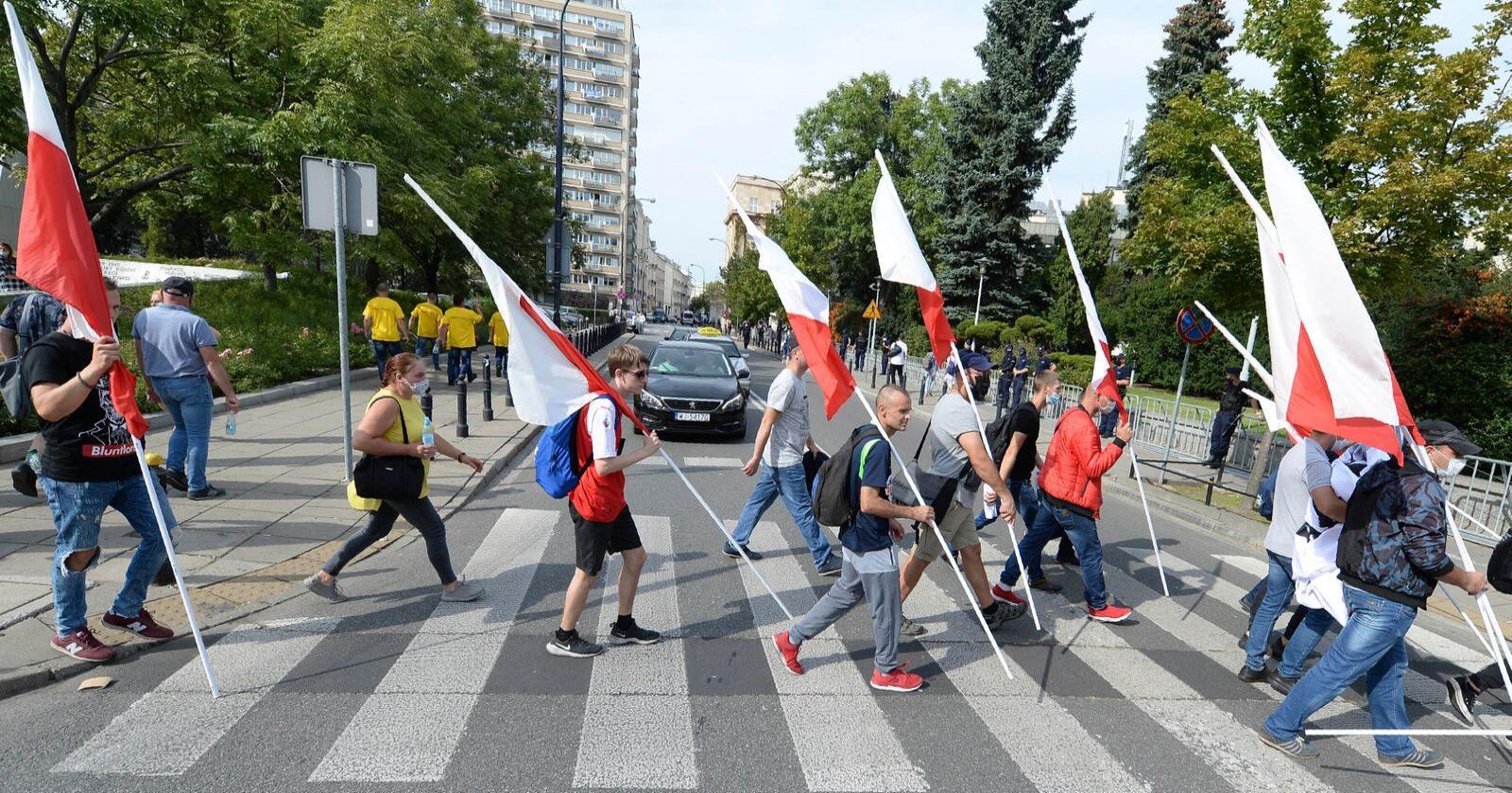 Polske bønder under en demonstrasjon mot et lovforslag som forbyr pelsoppdrett og eksport av kosher- og halalkjøtt. Natt til fredag ble lovforslaget vedtatt i landets nasjonalforsamling. Nå går det videre til senatet. Foto: Czarek Sokolowski / AP / NTB