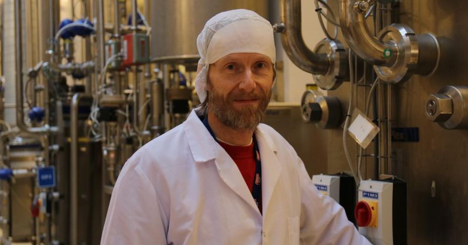 Meierisjef Oskar Aarnes hos Tines anlegg på Frya i Gudbrandsdalen, gleder seg over at det er de som først får teste ut bruk av papp-emballasjen. Arkivfoto: Lars Olav Haug