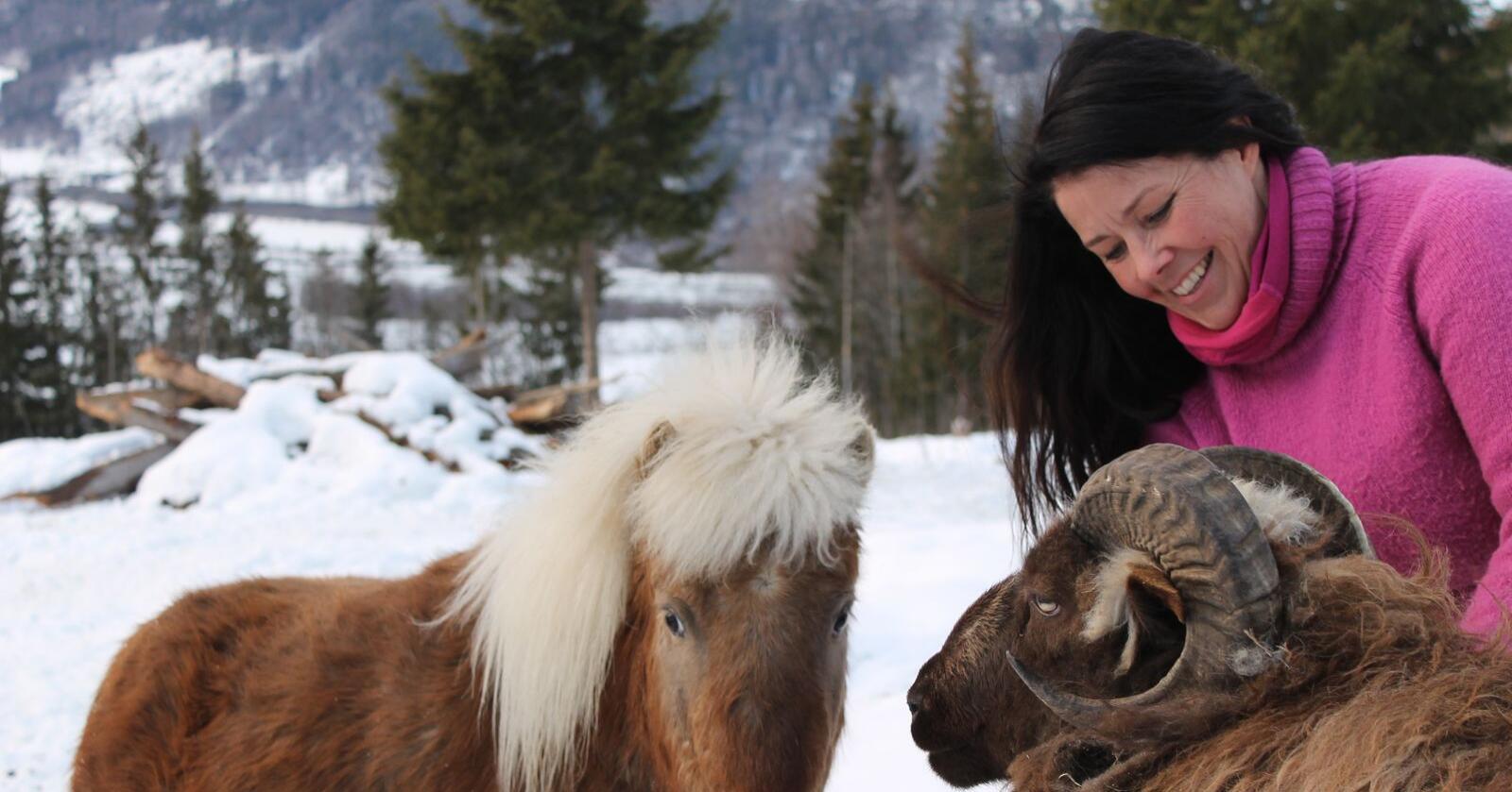 Marita Aanekre har et Inn på tunet-tilbud i Gudbrandsdalen. Her er hun sammen med to av medhjelperne sine. Foto: Marit Glærum