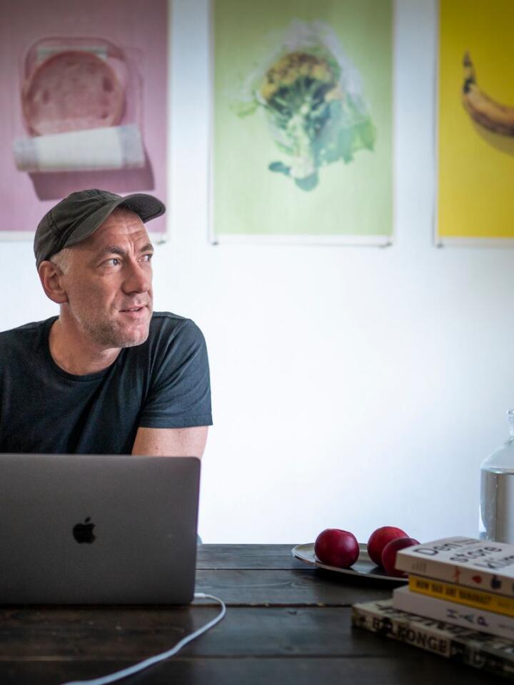 KLIMAREGNSKAP: Thomas Horne er forfatter av «Den store klimaguiden», og har regnet ut utslippene fra valgene vi tar i hverdagen. Foto: Heiko Junge / NTB