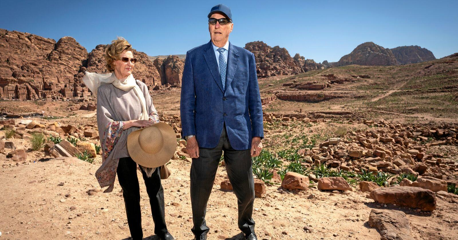 Kong Harald og dronning Sonja fartar rundt. Her er dei på besøk i oldtidsbyen Petrea i Jordan under eit statsbesøk. Foto: Heiko Junge / NTB scanpix