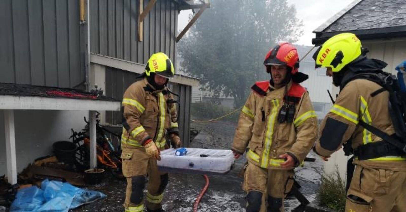 Brannvesenet i Kvinnherad reddet mandag ettermiddag ut flere pytonslanger fra et brennende hus. Foto: Kvinnherad brann og redning / NTB scanpix