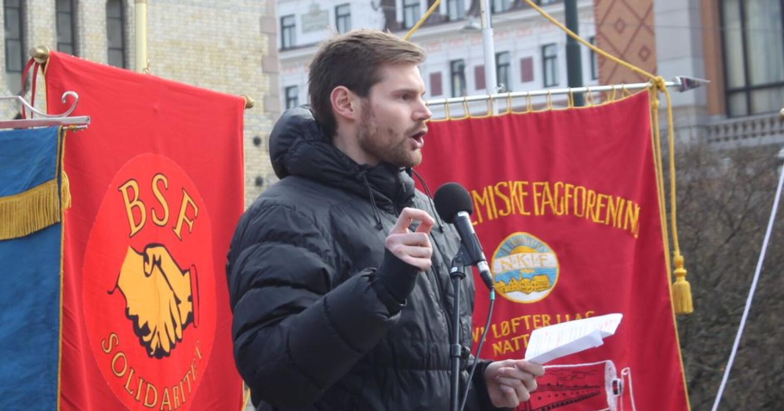 Nils Kristen Sandtrøen, landbrukspolitisk talsperson i Arbeiderpartiet, sier at partiet krever at Stortinget garanterer for arbeidskraft og økt produksjon. Foto: Henrik Heldahl