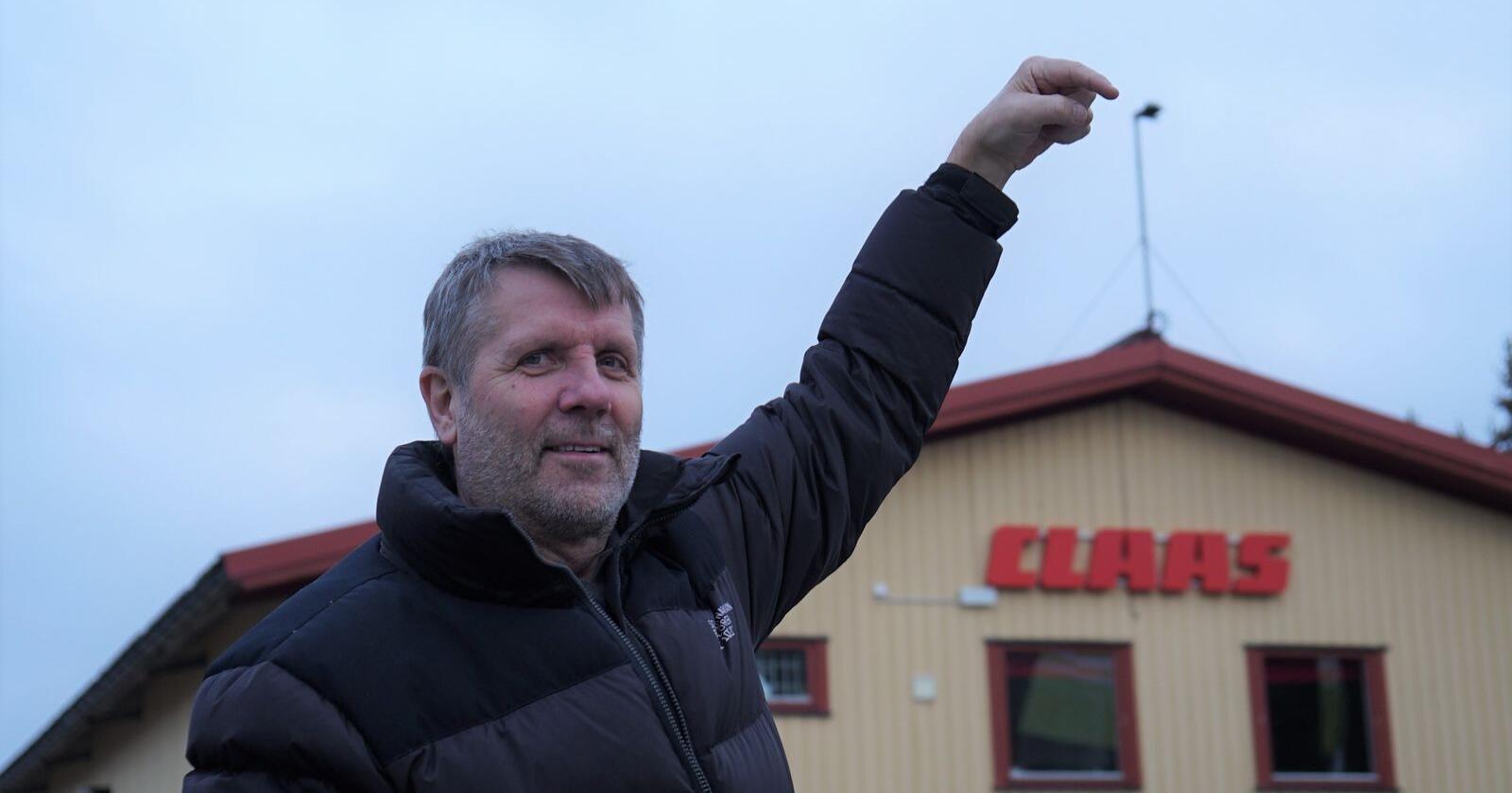 Som turistene står når de ser på pyramider i Egypt, demonstrerer Frank Karling i CF maskin hvordan RTK-signalene skal bre seg utover åkerne i Østfold og Follo. (Foto: CF Maskin)