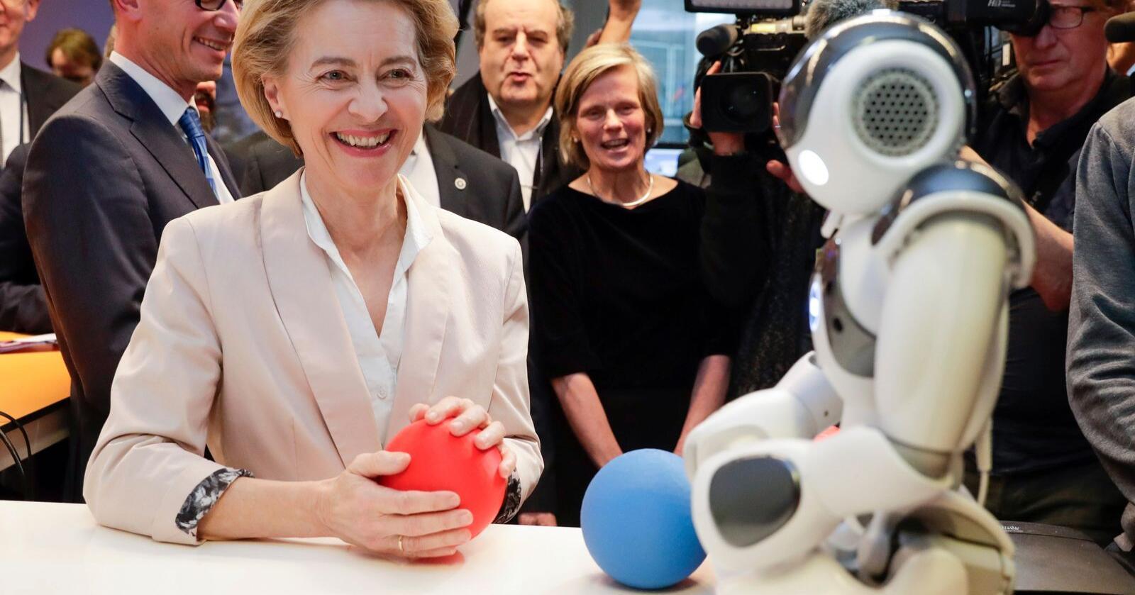 Ursula von der Leyen besøkte et senter for kunstig intelligens ved Brussels frie universitet dagen før hun presenterte EU-kommisjonens digitale strategi. Foto: Stephanie Lecocq / AP / NTB scanpix