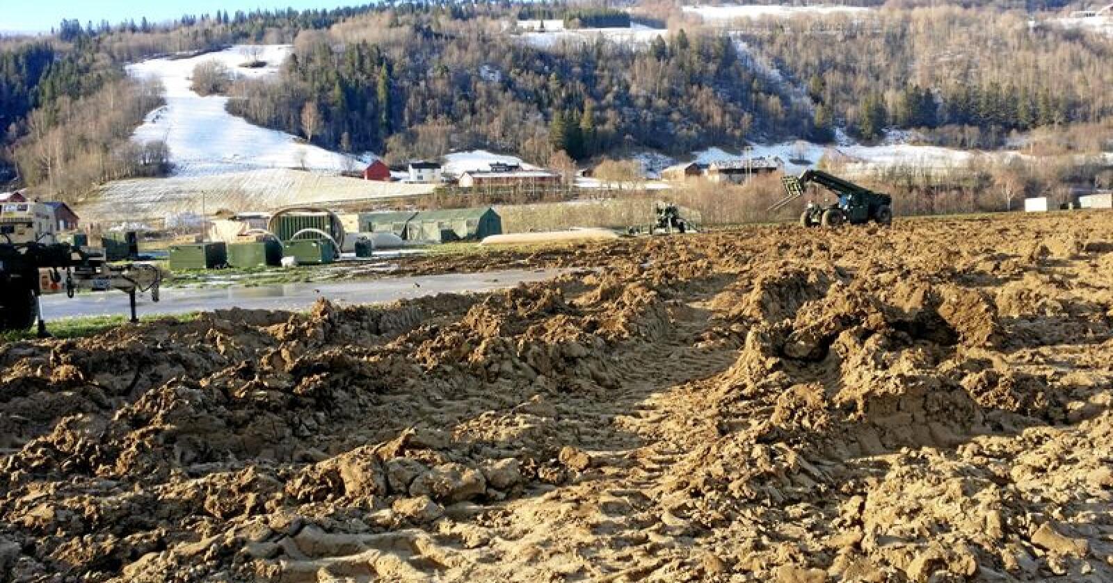 Slik så det ut på et jorde i Vill i Trøndelag ut etter at Nato-styrkene hadde kjørt over det. Foto: Marianne Bø/Forsvaret
