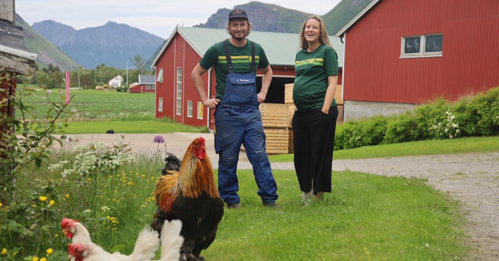 VINNERE: Dina Fonn Sætre og Henning Andreas Holand fra Engeløya i Nordland ble kåret til årets unge bonde i 2020. Nå kjemper 17 nye, unge bønder om årets pris. Foto: Camilla Mellemstrand, Felleskjøpet