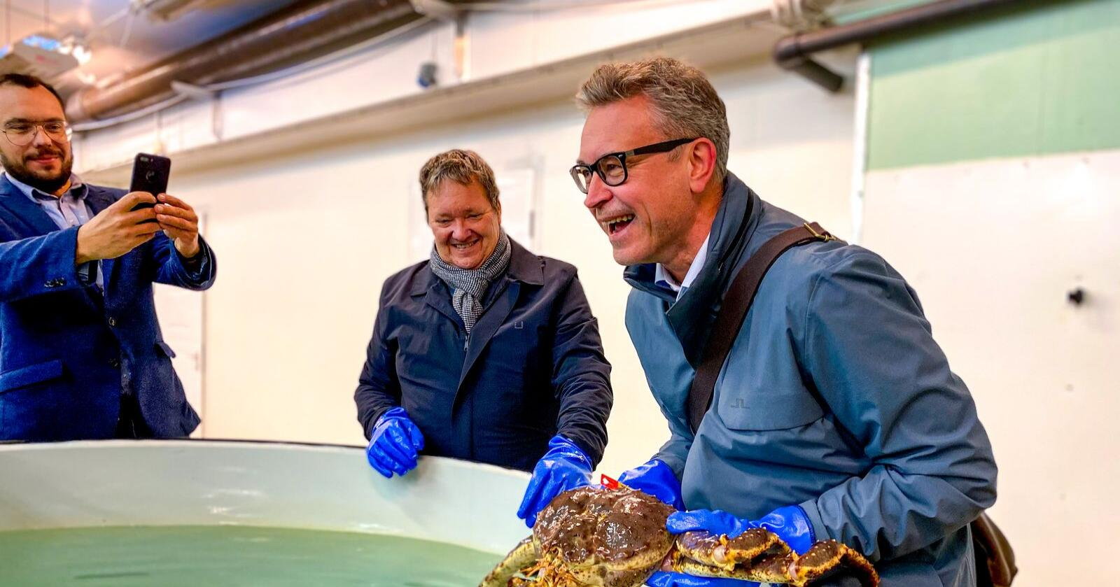 Fiskeri- og sjømatminister Odd Emil Ingebrigtsen, her sammen med Svein Ruud fra Norway King Crab og hans forskningssjef Roman M Vasilyev, på besøkt i Bugøynes denne uka. Foto: Marine Røiseland /NFD