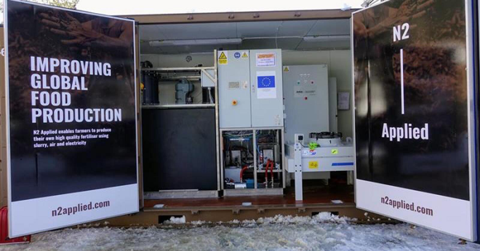 MER NITROGEN: Maskinen som tilsetter nitrogen fra lufta til husdyrgjødsel får plass i en container, og bruker strøm. Prosessen gir ofte dobbelt så stort nitrogeninnhold som gjødsla hadde i utgangspunktet. Foto: Produsenten