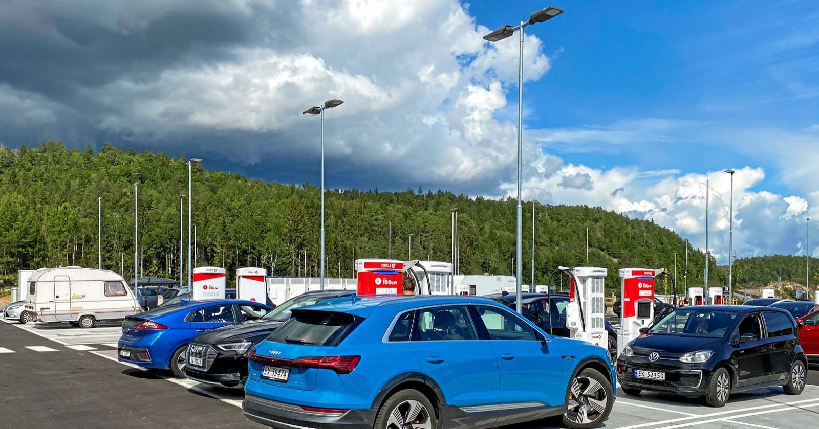 Elbiler står og lader ved ladestasjonen på Circle K Bamble i Telemark. Her er elbilandelen bare 3 prosent, ifølge Norges Bilbransjeforbund. Foto: Christina Dorthellinger / NTB