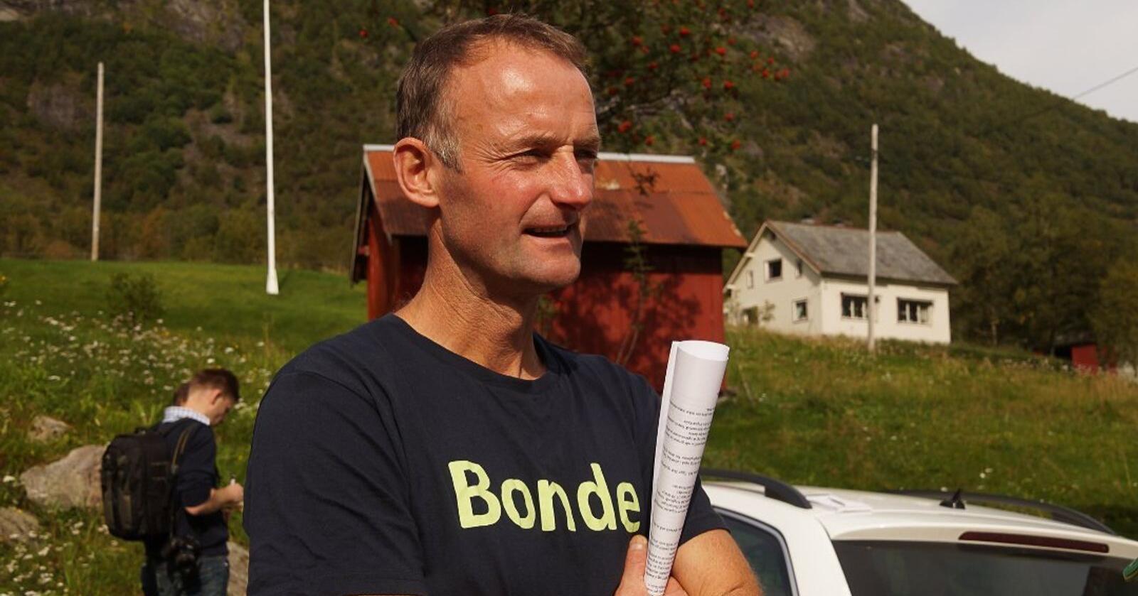 Fylkesleiar i Vestland Bondelag, Anders Felde, meiner det er dramatisk at det blir seld så mange mjølkekvotar både i Vestland og resten av landet. Sjølv driv han med mjølk i samdrift. Foto: Privat