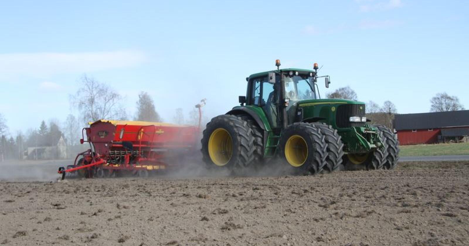 Tvilling: Kjøring med traktor med tvillinghjul er blant temaene som er omtalt i den ferske rapporten. Foto: Espen Syljuåsen