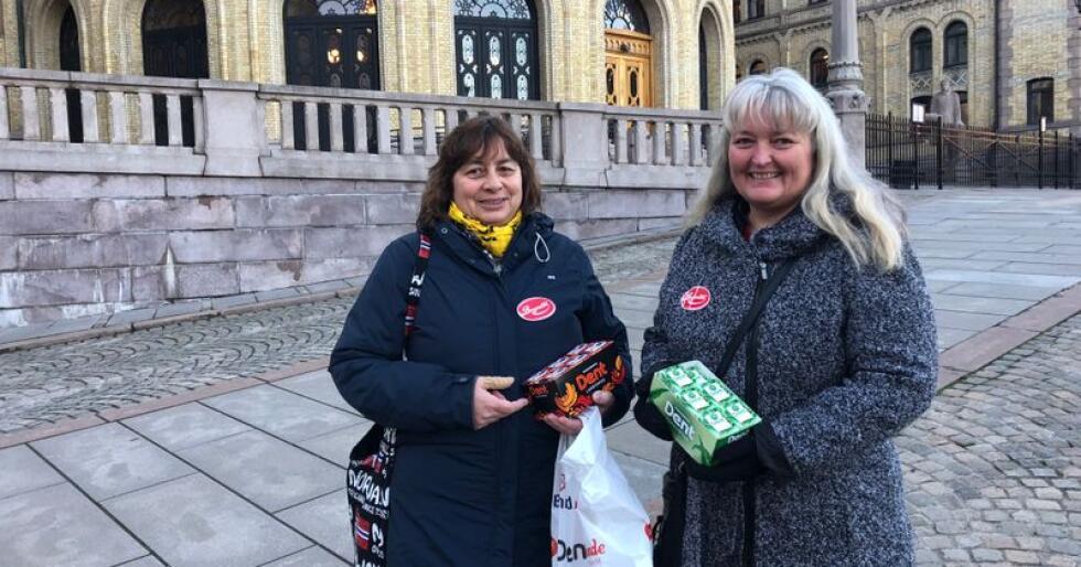 Hovedtillitsvalgt Vigdis Korpiselkä og Charlotte Danielsen fra Brynild markerte motstand mot sukkeravgift utenfor Stortinget onsdag. Foto: Sivert Rossing