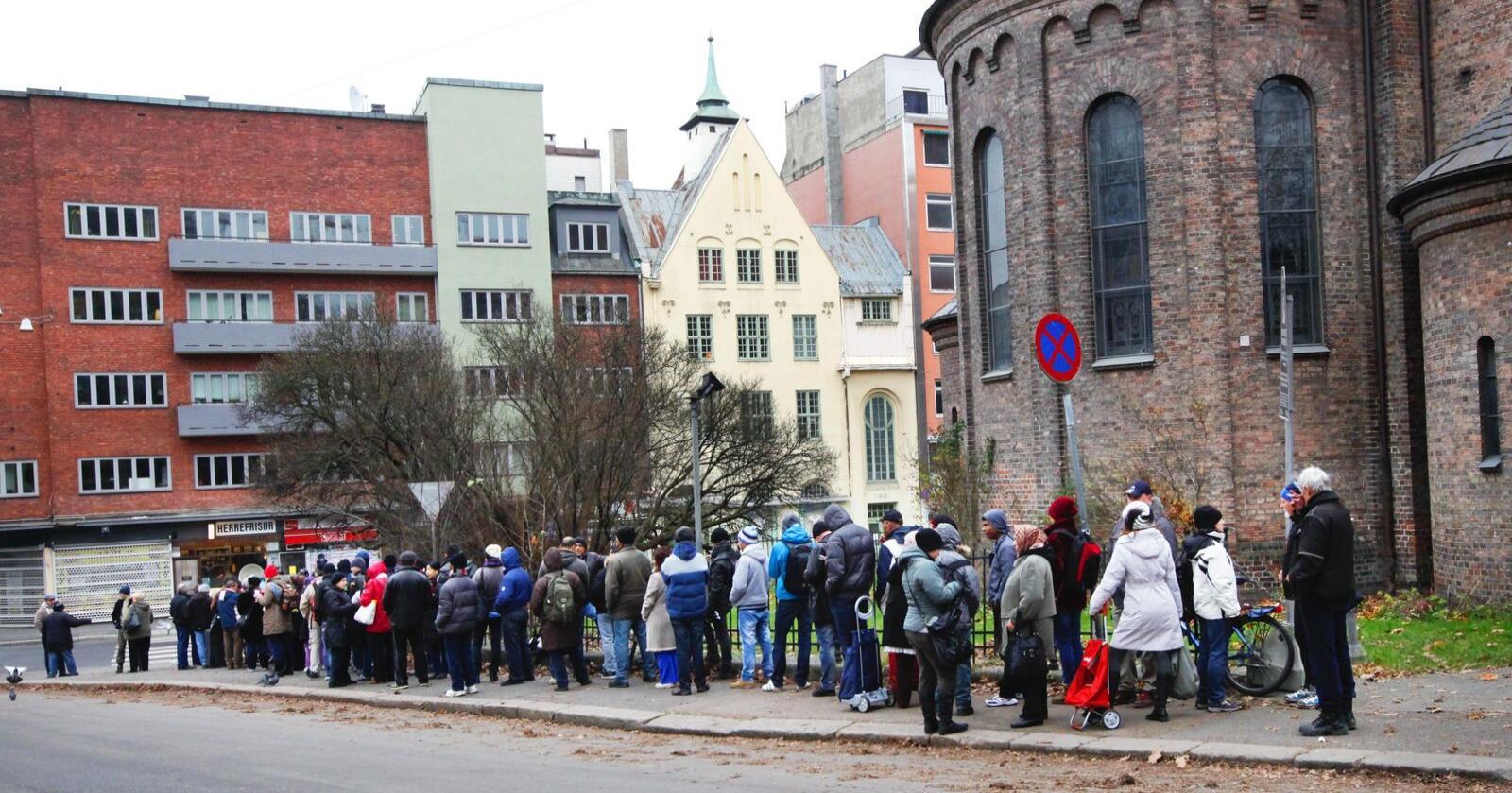 Kø-påske: Mens noen står i kø for å sikre seg rådyre hytter på fjellet, står andre i matkø foran Fattighuset. Sådan er Forskjells-Norge. Foto: Rolf Øhman