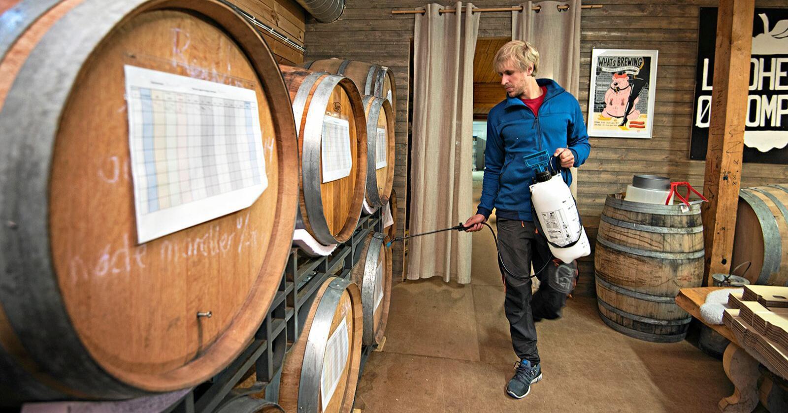– Kunnskapen vi får fra forskningen om gjær- og bakteriestammene her på gården og i bryggeriet gjør at vi kan lage nye, særpregede øltyper, sier Eivin Eilertsen.Foto: Jon-Are Berg-Jacobsen, Nofima