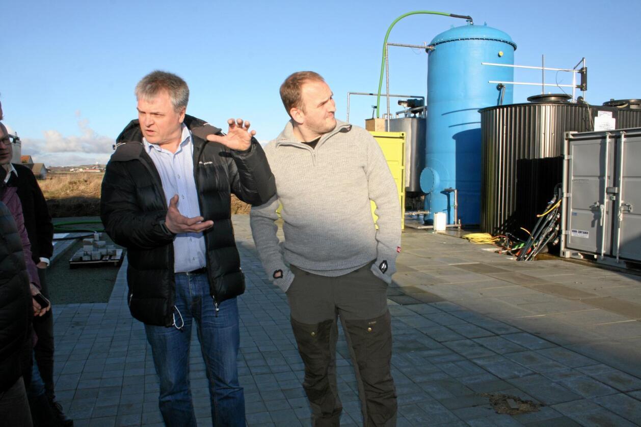Omvising: Svinebonde Olav Røysland (t.v.) viste fram anlegget som lagar svinemøkk om til biogass til landbruks- og matminister Jon Georg Dale (t.h.). Foto: Bjarne Bekkeheien Aase